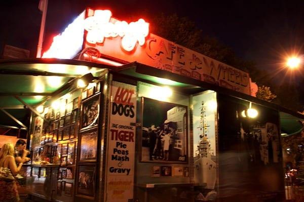 Harry's Cafe de Wheels at night