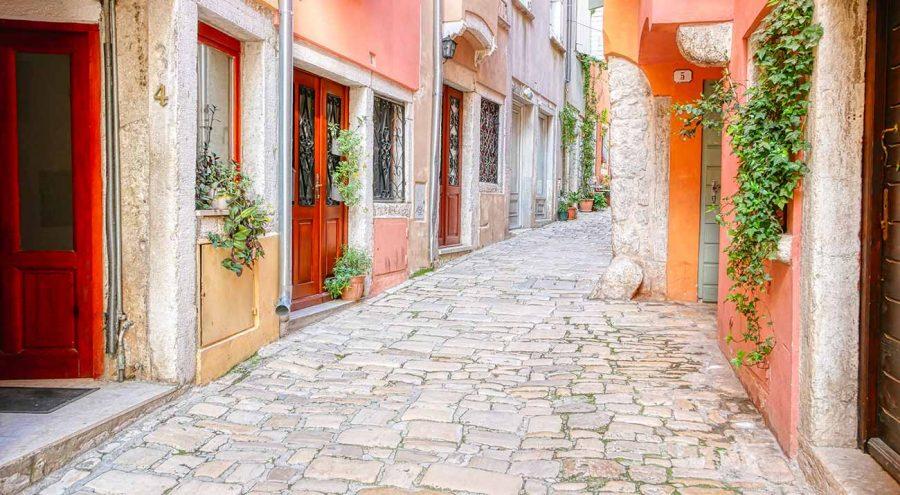 мощеная улица в ровинь, хорватия